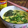 Soupe de nouilles de blé au curry jaune et à l'ail des ours