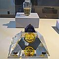 flacons à parfum en forme de pyramide ou vase canope