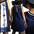 MOD 421B Robe Fleurie Bleu indigo jean ivoire wax batik : une robe d'été chic et élégante à la dentelle fleurie bleutée et son imprimé subtil en wax au motif batik javanais à fleurs.