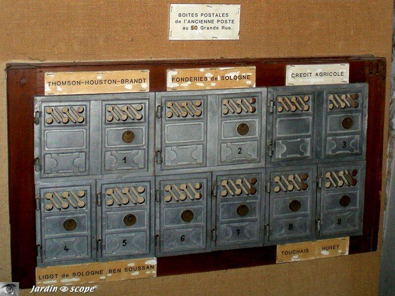 Anciennes boites postales (vues au château La Ferté-St-Aubin)