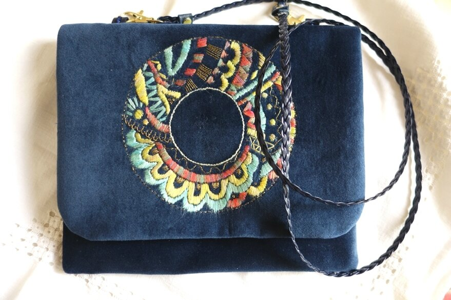 Pochette-sac en velours bleu nuit motif cercle