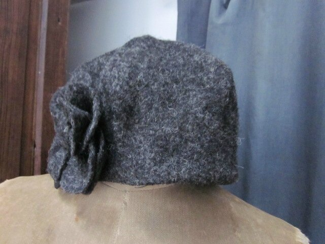Chapeau AGATHE en laine bouillie gris anthracite avec fleur - doublure de lin noir (4)