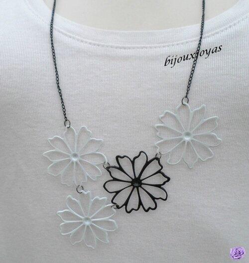 Pendentif Sautoir Fleurs Blanc Et Noir Chaîne Métal Couleur Noir