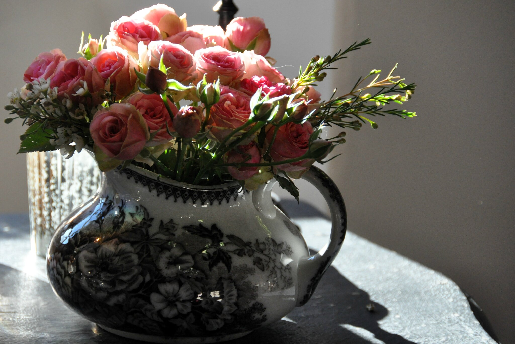 Roses branchues dans un pichet de Sarreguemines