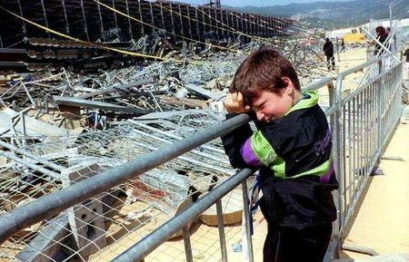 261090_un-enfant-appuye-sur-une-barriere-au-lendemain-de-la-catastrophe-de-furiani-corse-le-5-mai-1992
