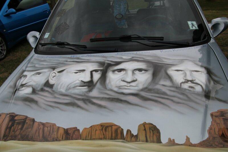 Décoration hommage à des stars de la country sur une Peugeot 306
