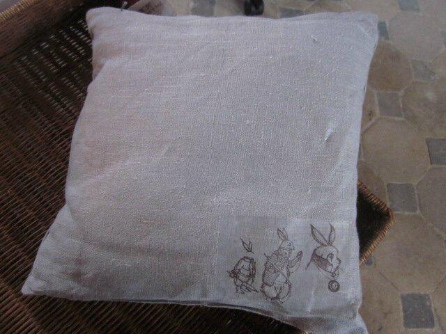 Coussin en lin gris 40 X 40 cm Le Lapin d'Alice (2)
