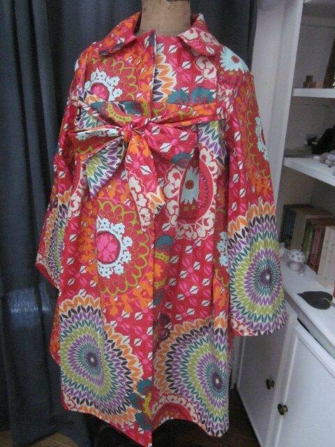 Ciré AGLAE en coton enduit multicolore sur fond rouge fermé par un noeud (3)