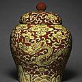 Jarre couverte à décor de dragons et de nuage, Chine, dynastie Ming, Règne de Jiajing (1522-1566)