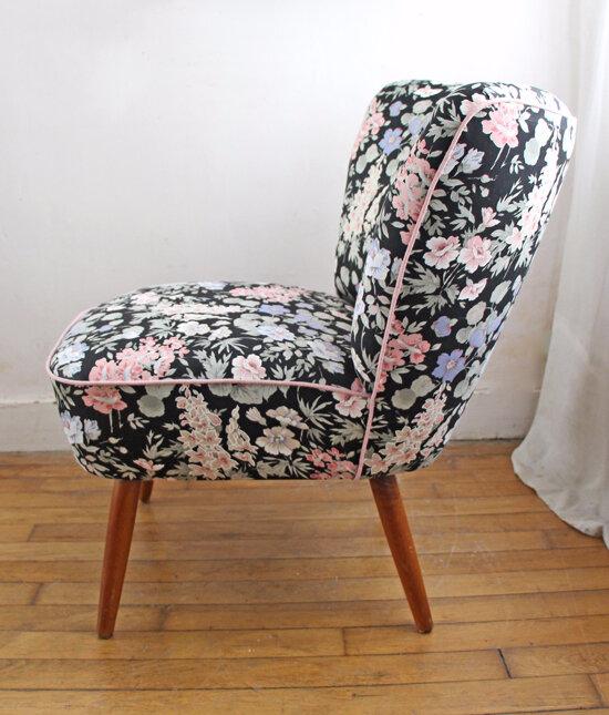 fauteuil-cocktail-fond-noir-fleurs-cote