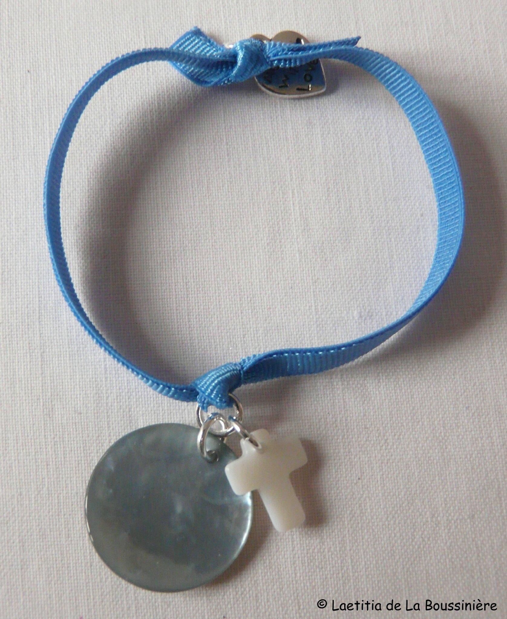 Bracelet sur ruban élastique, médaille et mini Croix en nacre