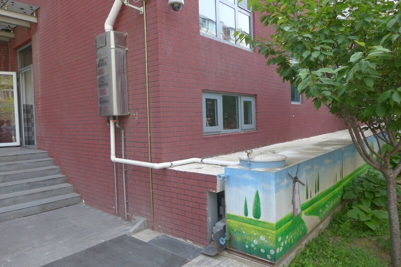 Le système de récupération des eaux de pluie de l'école.