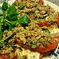 Tomate-mozza avec son crumble à la noisette, thym, olives