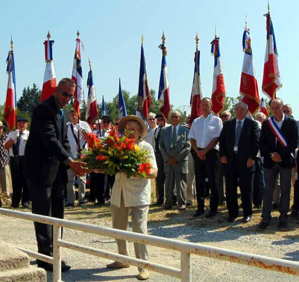 La gerbe des CVR de Vaucluse-Robion Monument Saint-Julien 2015