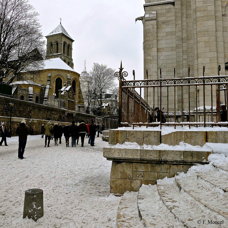 La rue du Cardinal Guibert enneigée à Montmartre.