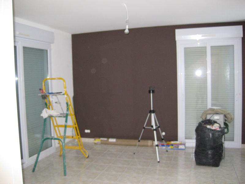 mur marron fini - salon en travaux