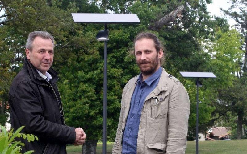 le-maire-d-escource-patrick-sabin-ici-a-gauche-avec-le-charge-de-mission-pour-le-territoire-a-energie-positive-kevin-zimmerman-devant-un-panneau-solaire-insta