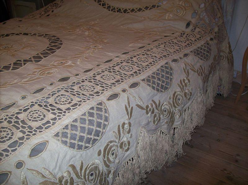 ancien couvre lit en coton et crochet derri re les volets. Black Bedroom Furniture Sets. Home Design Ideas