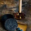 Le pentacle de venus avec sa bougie pour le rituel de richesse du maitre spiritualiste safari tidiane