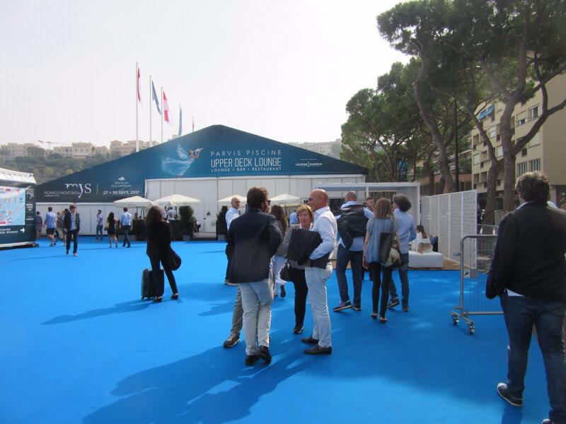 le bleu carpet accueille des visiteurs du monde entier