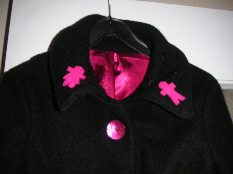 manteau noir et fushia col