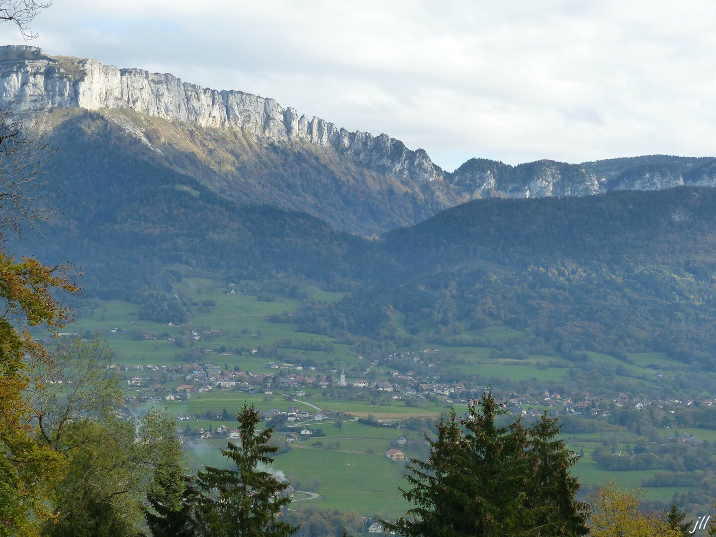 P1150635 la vallée de la Fillière, le Parmelan, ainsi qu'une partie de la chaîne des Aravis