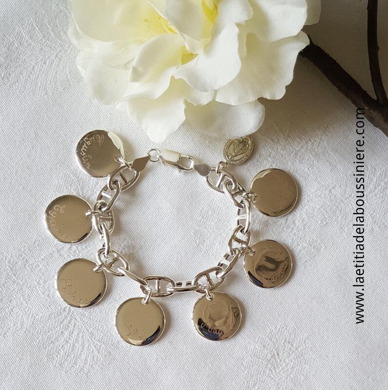 Bracelet personnalisé sur chaîne argent massif maille marine composé de 7 médailles en argent massif gravées