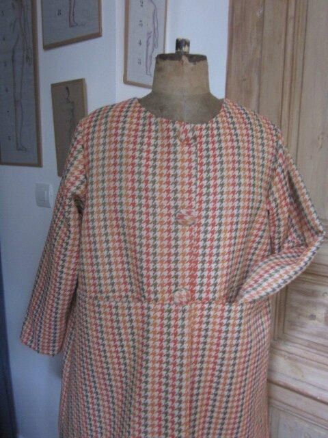 Manteau GISELE en toile polyester imprimé pied de poule kaki et orange - Doublure de satin orange - fermé par 3 pressions dissimulés sous 3 gros boutons recouverts (5)