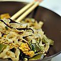 Nouilles asiatiques aux légumes et aux oeufs