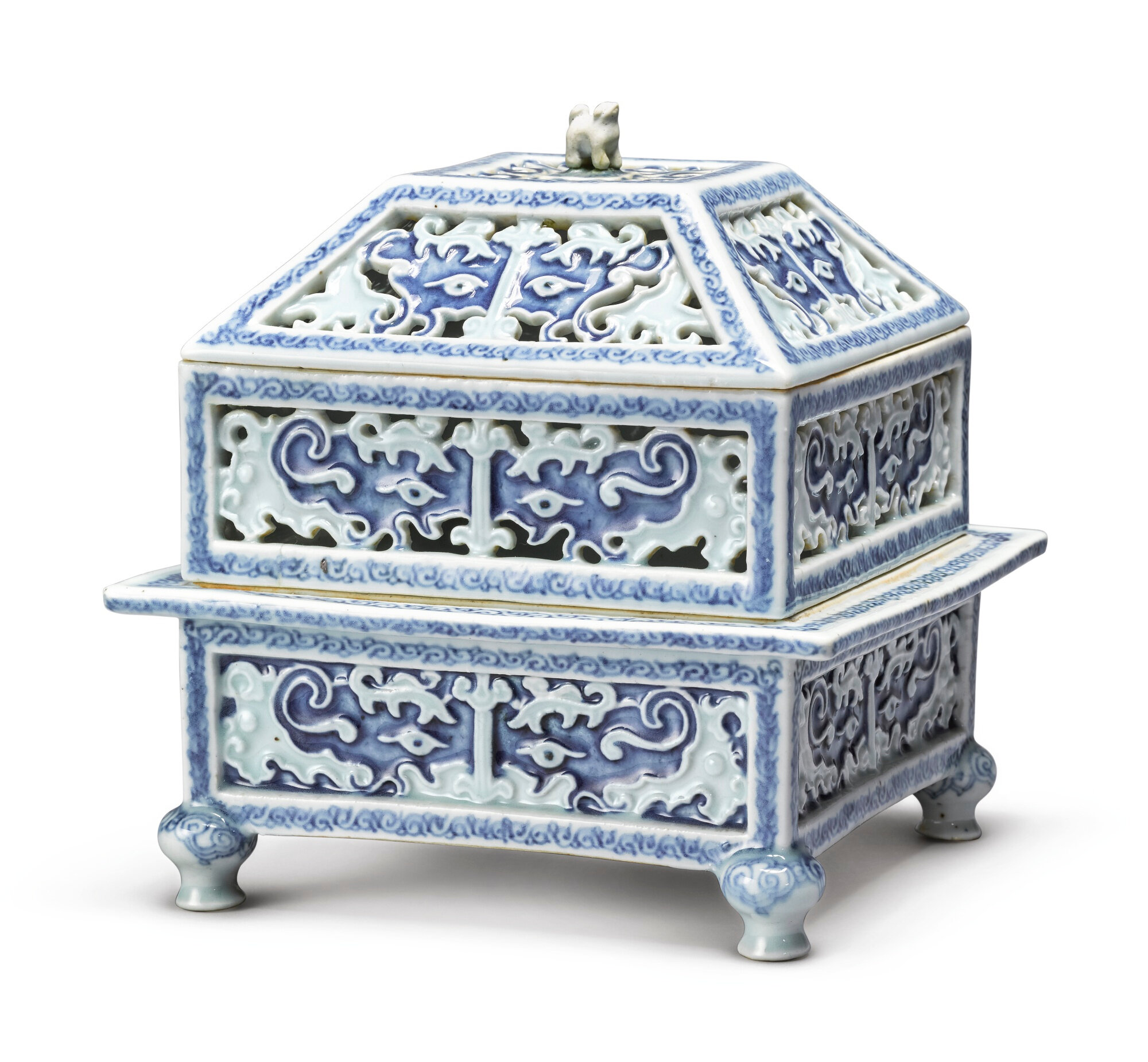 An extremely rare blue and white two-tier censer and cover, Qing Dynasty, Kangxi Period (1662-1722)