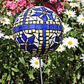 la boule aux huit fleurs bleues