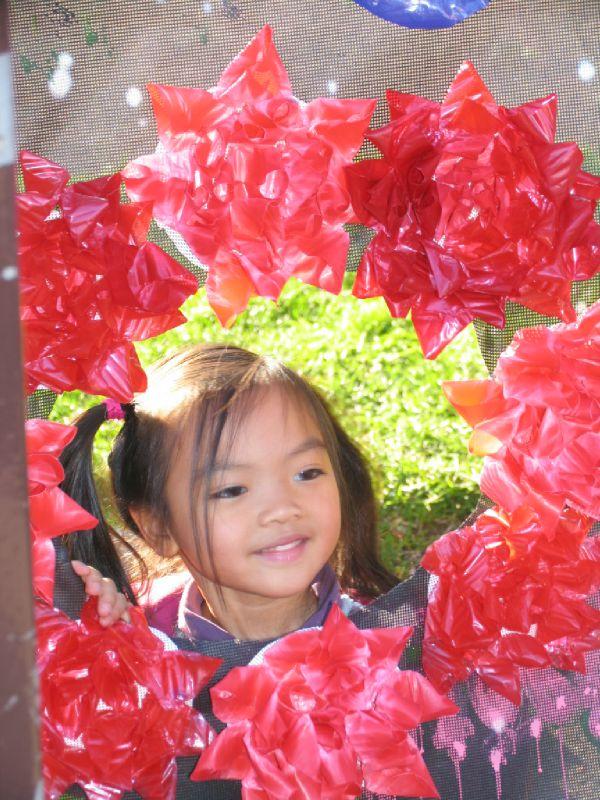 fille dans fleurs rouge