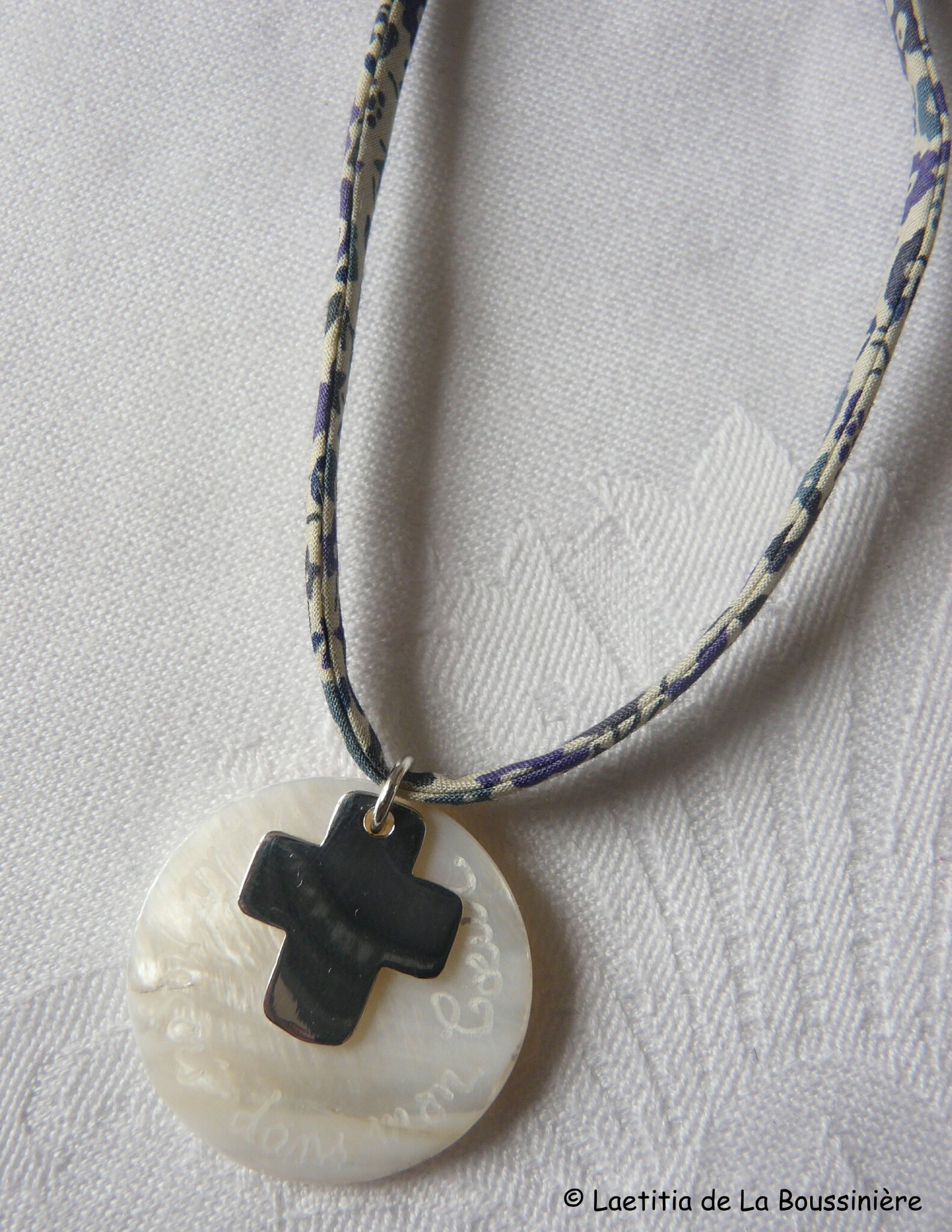 Collier de Communion (sur ruban Fairford taupe encre fin)