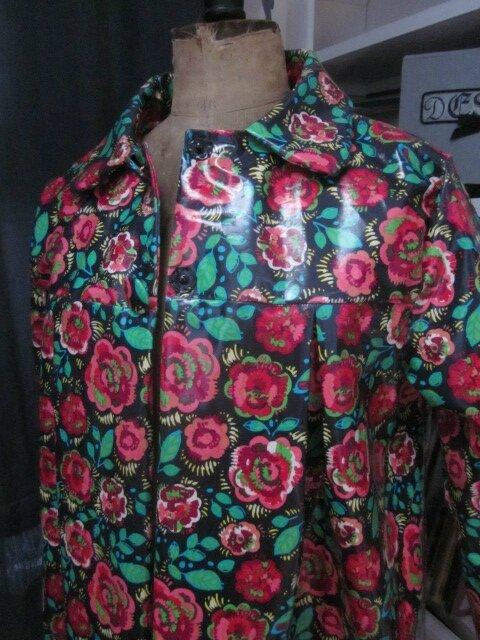 Ciré AGLAE en coton enduit noir fleuri rouge et vert fermé par 2 pressions dissimulés sous 2 boutons recouverts (3)