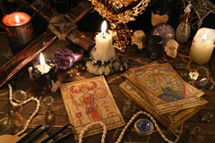 rituel-mystique-avec-des-cartes-de-tarot-des-objets-magiques-et-des-bougies-83164106
