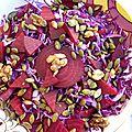 Salade rouge: betterave, chou, oignon, noix et graines de courges