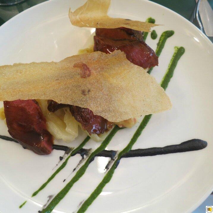 Paleron de boeuf rôti, purée de pommes de terre, choux, sésame noir, cresson (1)