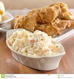 salade-de-choux-avec-le-poulet-frit-à-l-arrière-plan-19704360