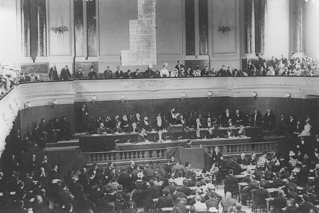 640px-THEODOR_HERZL_ADDRESSING_THE_FIRST_OR_SECOND_ZIONIST_CONGRESS_IN_BASEL,_SWITZERLAND_IN_1897-8