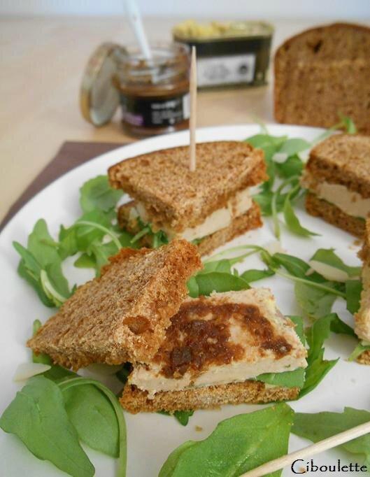 Mini-sandwichs de pain d'épices au foie gras, confit de figues, amandes & roquette