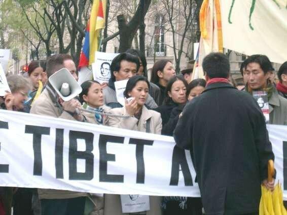 Manif 21 nov 2004 pour sauver Tenzin Delek Rinpoché