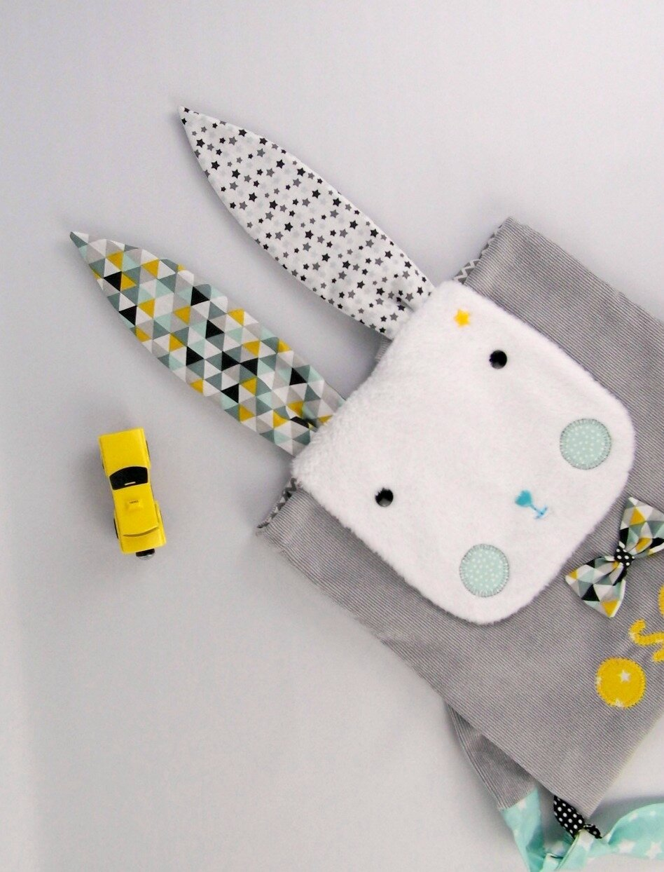 Sac lapin bébé Oscar sac à dos personnalisé prénom couleurs motifs gris jaune moutarde vert menthe gris rabbit backpack personalized colors name Oscar yellow mustard green mint grey preschool
