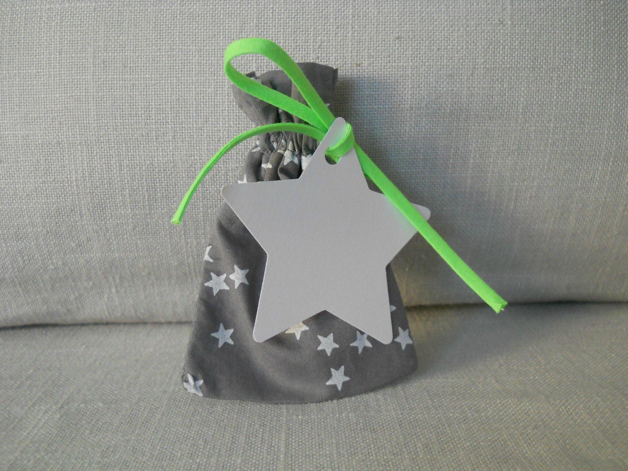 pochons gris nuée d'étoiles blanches cordon vert fluo