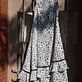Robe en crêpe blanc à pois noir, un volant, taille 8 ans