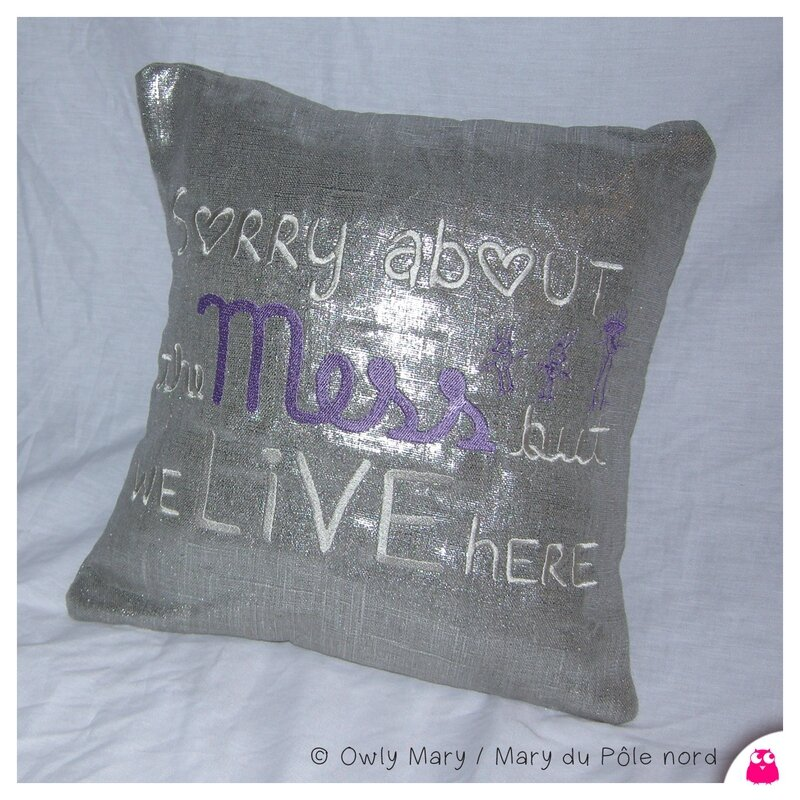 DSCN8518-owly-mary-du-pole-nord-coussin-sorry-about-the-mess-but-we-live-here-lin-lame-argent-argente-broderie-brode-ecru-beige-mauve-35x35-decoration-deco