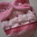 minkee bubble gum et broderie anglaise avec boutons roses et fro
