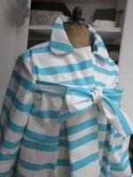 Ciré AGLAE en coton enduit blanc à rayures vagues turquoise fermé par un noeud dans le même tissu (5)
