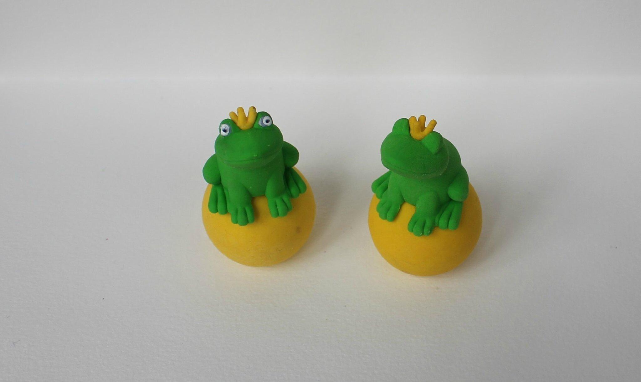 roi grenouille sur sa balle d'or