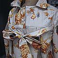 Ciré AGLAE en coton enduit beige clair imprimé poules rousses fermé par un noeud (3)