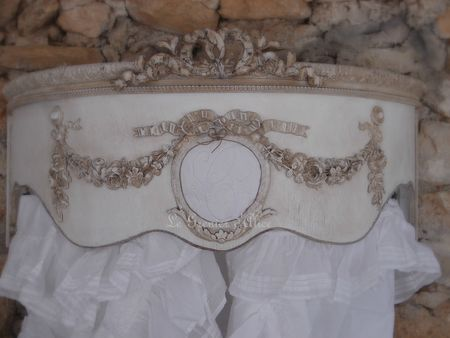 Ciel de lit patiné médaillon monogramme guirlande roses noeud demi lune arrondi galbé de côté decoration de charme shabby chic decoration romantique french decor 1